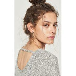 Swetry klasyczne damskie: Sweter z wycięciem na plecach - Jasny szar