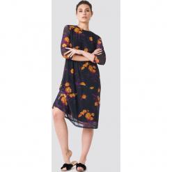 NA-KD Siateczkowa sukienka do kolan - Purple,Multicolor. Fioletowe sukienki na komunię NA-KD, z okrągłym kołnierzem, midi, proste. W wyprzedaży za 113,37 zł.