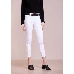 J Brand MID RISE CAPRI Jeans Skinny Fit blanc. Szare jeansy damskie relaxed fit marki J Brand, z bawełny. W wyprzedaży za 783,20 zł.