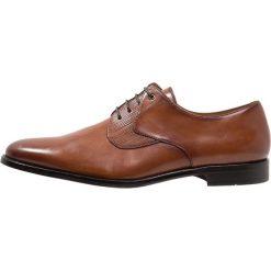Steve Madden PLACKS Eleganckie buty tan. Brązowe buty wizytowe męskie Steve Madden, z materiału, na sznurówki. Za 419,00 zł.