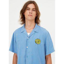 Koszula z krótkim rękawem z haftem. Szare koszule męskie Pull&Bear, m, z haftami, z krótkim rękawem. Za 62,90 zł.