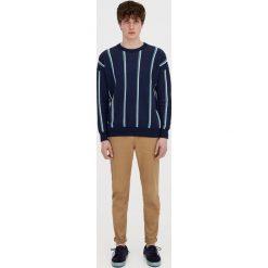 Spodnie typu chinos z paskiem. Szare chinosy męskie Pull&Bear. Za 89,90 zł.