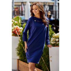 Sukienka z plecionką granatowy. Niebieskie długie sukienki Lemoniade, klasyczne, z klasycznym kołnierzykiem, z długim rękawem. Za 149,90 zł.