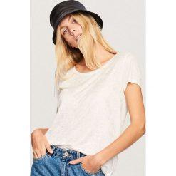 T-shirt z błyszczącym wzorem - Biały. Białe t-shirty damskie Reserved, l. Za 59,99 zł.
