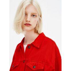 Czerwona kurtka trucker. Szare kurtki damskie marki Pull & Bear, okrągłe. Za 109,00 zł.