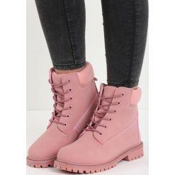 Różowe Traperki Jerkily. Czerwone buty zimowe damskie Born2be, z okrągłym noskiem, na płaskiej podeszwie. Za 69,99 zł.