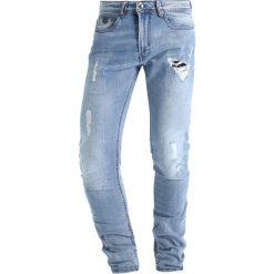 Kaporal EZZY Jeansy Slim Fit origine destroy. Niebieskie jeansy męskie relaxed fit Kaporal, z bawełny. W wyprzedaży za 287,20 zł.