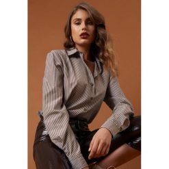 NA-KD Trend Koszula basic w brązowe paski - Brown. Brązowe koszule wiązane damskie NA-KD Trend, w paski. Za 161,95 zł.