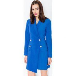 Niebieska Elegancka Sukienka Smokingowa Zapinana na Guziki. Niebieskie sukienki asymetryczne marki Molly.pl, do pracy, l, z dzianiny, biznesowe, z asymetrycznym kołnierzem, z długim rękawem. Za 172,90 zł.