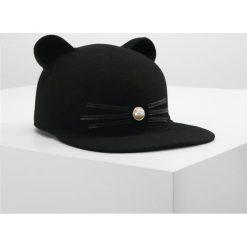 KARL LAGERFELD CAT PEARL Czapka z daszkiem black. Czarne czapki z daszkiem damskie KARL LAGERFELD, z materiału. W wyprzedaży za 399,20 zł.