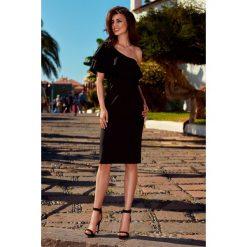 Olśniewająca sukienka na jedno ramię czarna ALAINA. Czarne sukienki balowe marki Lemoniade, na wesele, na lato, z klasycznym kołnierzykiem, midi, ołówkowe. Za 159,90 zł.