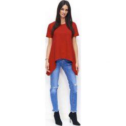 Czerwona Asymetryczna Dzianinowa Bluzka z Rozcięciem z Tyłu. Czerwone bluzki asymetryczne Molly.pl, l, z bawełny, eleganckie, z asymetrycznym kołnierzem, z krótkim rękawem. Za 89,90 zł.