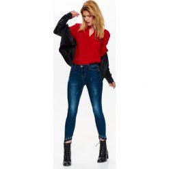 Spodnie damskie: SPODNIE DŁUGIE DAMSKIE, JEANSY RURKI Z ASYMETRYCZNYMI NOGAWKAMI ZDOBIONYMI ĆWIEKAMI