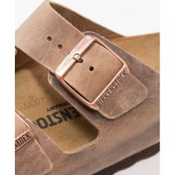 Birkenstock ARIZONA Kapcie tabacco brown. Brązowe kapcie męskie Birkenstock, z materiału. W wyprzedaży za 322,15 zł.