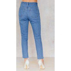 NA-KD Asymetryczne jeansy 7/8 z wysokim stanem i haftem - Blue. Niebieskie jeansy damskie NA-KD, z haftami, z bawełny. W wyprzedaży za 101,48 zł.