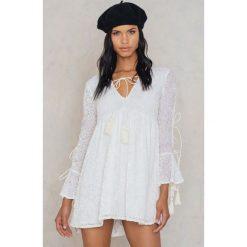 Sukienki hiszpanki: Glamorous Sukienka z rozszerzanymi rękawami – White