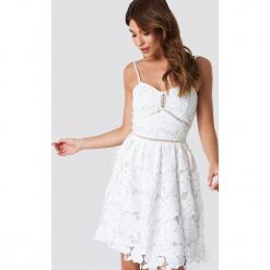 NA-KD Boho Koronkowa sukienka na ramiączkach - White. Niebieskie sukienki boho marki NA-KD Boho, na imprezę, w koronkowe wzory, z koronki, na ramiączkach, mini. Za 242,95 zł.