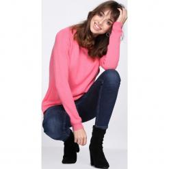 Różowy Sweter Intermixture. Czerwone swetry klasyczne damskie Born2be, l, z dzianiny, z okrągłym kołnierzem. Za 79,99 zł.
