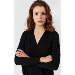 Simple - Bluzka. Czarne bluzki z odkrytymi ramionami marki Simple, z dzianiny, casualowe. W wyprzedaży za 179,90 zł.