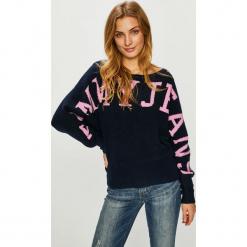 Tommy Jeans - Sweter. Szare swetry klasyczne damskie marki Tommy Jeans, l, z bawełny, z dekoltem w łódkę. Za 539,90 zł.