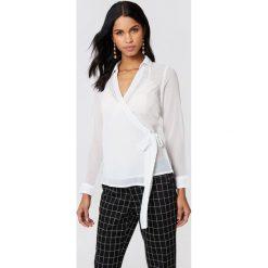 NA-KD Kopertowa koszula szyfonowa - White. Białe koszule wiązane damskie marki NA-KD, z poliesteru, z kopertowym dekoltem. Za 100,95 zł.