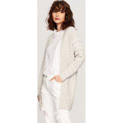 Długi sweter - Wielobarwn. Białe swetry klasyczne damskie marki Reserved, l. W wyprzedaży za 59,99 zł.