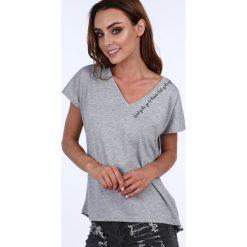 T-shirt z delikatnym napisem jasnoszary 20848. Szare t-shirty damskie Fasardi, l, z napisami. Za 39,00 zł.