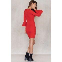 Sukienki: NA-KD Sukienka z falbanką przy rękawie – Red