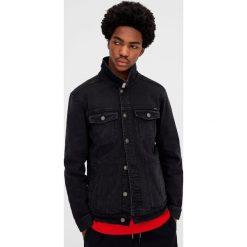 Czarna kurtka jeansowa z efektem sprania. Czarne kurtki męskie bomber Pull&Bear, m, z jeansu. Za 119,00 zł.