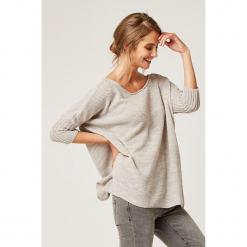 Sweter w kolorze beżowym. Brązowe swetry klasyczne damskie marki SCUI, z okrągłym kołnierzem. W wyprzedaży za 139,95 zł.