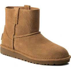 Buty UGG - W Classic Unlined Mini Perf 1016852 W/Taw. Szare buty zimowe damskie marki Ugg, z materiału, z okrągłym noskiem. W wyprzedaży za 319,00 zł.