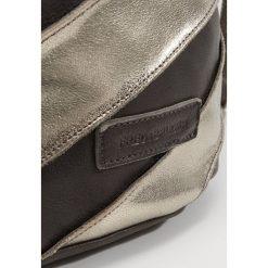 FREDsBRUDER HURRICANE Torba na ramię bronze. Brązowe torebki klasyczne damskie FREDsBRUDER. Za 419,00 zł.