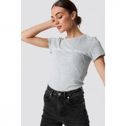 Calvin Klein T-shirt Core Institutional Logo - Grey. Szare t-shirty damskie Calvin Klein, z klasycznym kołnierzykiem. Za 161,95 zł.