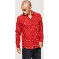 Koszula z motywem świątecznym - Czerwony. Czerwone koszule męskie na spinki Cropp, l. Za 69,99 zł.
