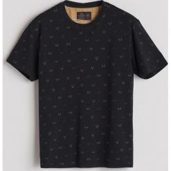 T-shirt z drobnym nadrukiem - Czarny. Czarne t-shirty męskie z nadrukiem marki Reserved, l. Za 49,99 zł.