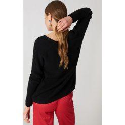 Swetry oversize damskie: Josefin Ekström for NA-KD Sweter z głębokim dekoltem V – Black