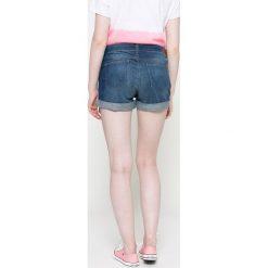 Wrangler - Szorty. Szare szorty jeansowe damskie marki Wrangler, na co dzień, m, z nadrukiem, casualowe, z okrągłym kołnierzem, mini, proste. W wyprzedaży za 149,90 zł.