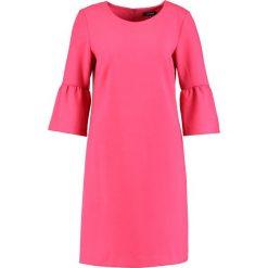 More & More Sukienka letnia pink. Czerwone sukienki letnie marki More & More, z elastanu. W wyprzedaży za 367,20 zł.