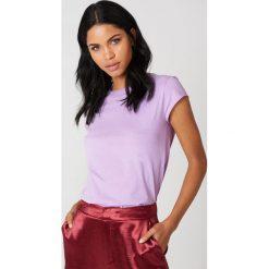 NA-KD Basic T-shirt z surowym wykończeniem - Purple. Różowe t-shirty damskie marki NA-KD Basic, z bawełny. W wyprzedaży za 16,38 zł.