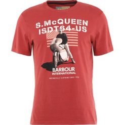 T-shirty męskie z nadrukiem: Barbour International™ MILITARY FLAG Tshirt z nadrukiem rot
