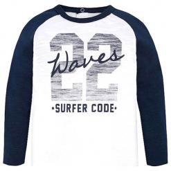 Koszulka w kolorze biało-granatowym. Niebieskie t-shirty chłopięce z długim rękawem marki Mayoral, z nadrukiem. W wyprzedaży za 34,95 zł.