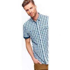 KOSZULA MĘSKA W KRATKĘ O KROJU REGULAR. Brązowe koszule męskie w kratę marki QUECHUA, m, z elastanu, z krótkim rękawem. Za 39,99 zł.
