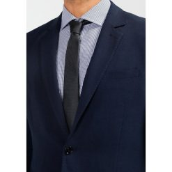Pier One Garnitur dark blue. Niebieskie garnitury marki Pier One. W wyprzedaży za 411,75 zł.
