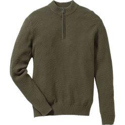 Sweter ze stójką Regular Fit bonprix ciemnooliwkowy. Zielone golfy męskie marki bonprix, w kropki, z kopertowym dekoltem, kopertowe. Za 59,99 zł.
