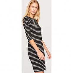 Dopasowana sukienka - Wielobarwn. Białe sukienki marki Reserved, l, z dzianiny. W wyprzedaży za 29,99 zł.