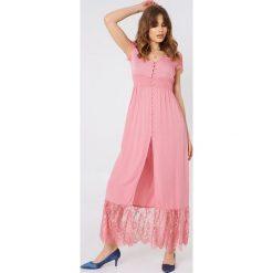 Debiflue x NA-KD Koronkowa sukienka z guzikami - Pink. Różowe sukienki koronkowe marki Debiflue x NA-KD. Za 323,95 zł.