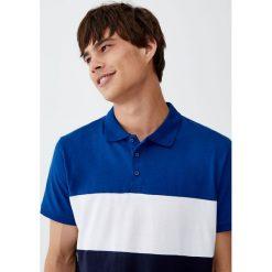 Koszulka polo z kolorowymi elementami. Niebieskie koszulki polo Pull&Bear, m, w kolorowe wzory, z krótkim rękawem. Za 59,90 zł.
