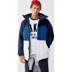 Pikowana kurtka z kapturem i panelami. Niebieskie kurtki męskie pikowane Pull&Bear, m, z kapturem. Za 159,00 zł.