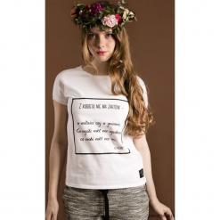 Koszulka z cytatem, A. Fredro, Z kobietą. Brązowe bluzki z odkrytymi ramionami marki Pakamera, z nadrukiem. Za 89,00 zł.