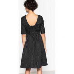 Sukienki hiszpanki: Rozszerzana żakardowa sukienka w groszki z pięknymi plecami